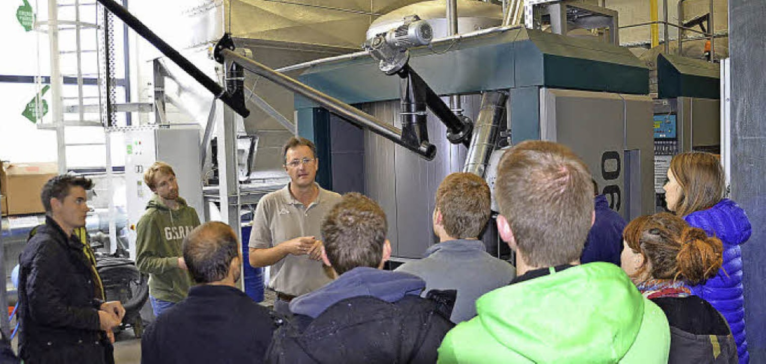 Markus Bohnert  erklärt einer studentischen Besuchergruppe die Anlage.   | Foto: Alexandra Wehrle