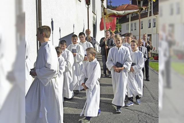 Volle Kirche und feierliche Prozession