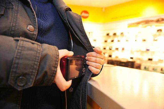Ladendieb setzt Sicherung mit Rucksack außer Kraft