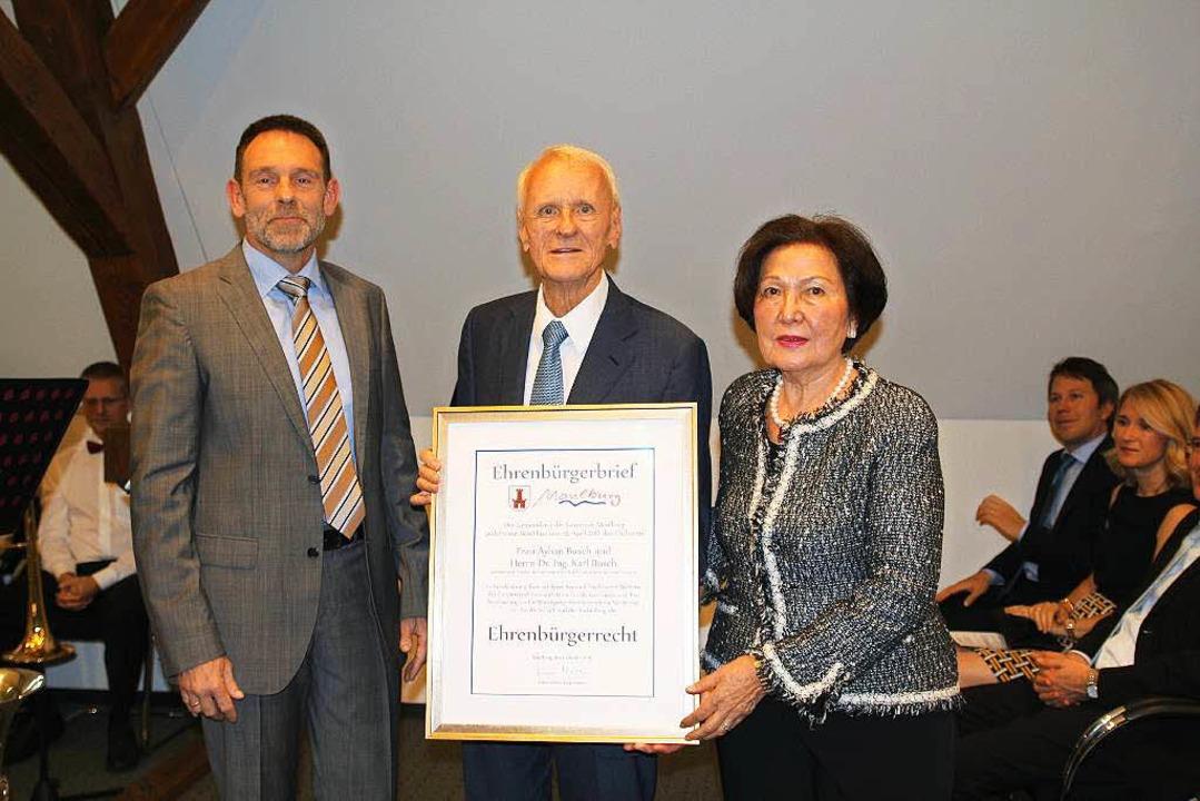 Die höchste Auszeichnung der Gemeinde ... und Ayhan  Busch den Ehrebürgerbrief.  | Foto: Anja Bertsch