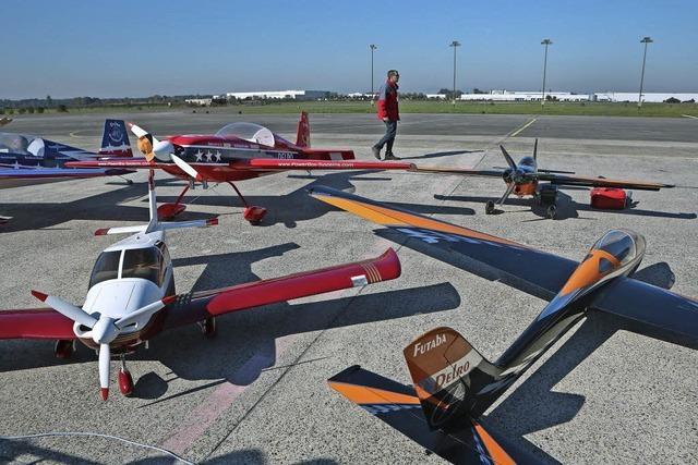 Dröhnende Motoren auf dem Flugplatz