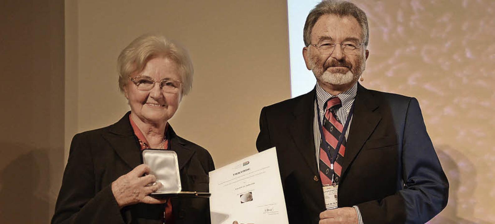 Etelka Földi wird für ihr  Wirken für die Lymphologie geehrt.   | Foto: Alexandra Wehrle