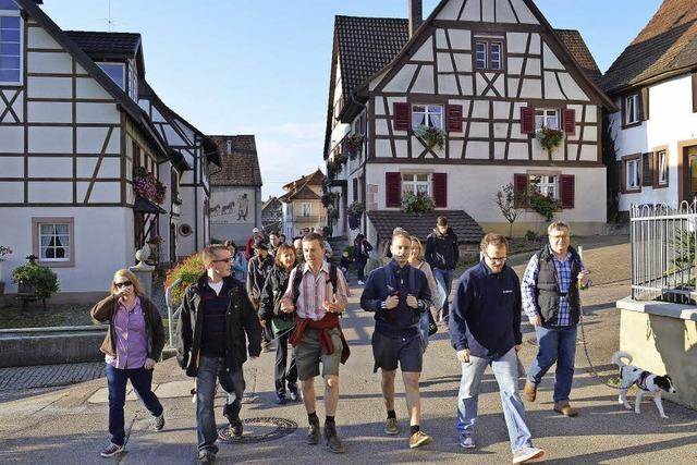 Bernd Lucke beginnt in Lörrach eine Wanderung durchs Land