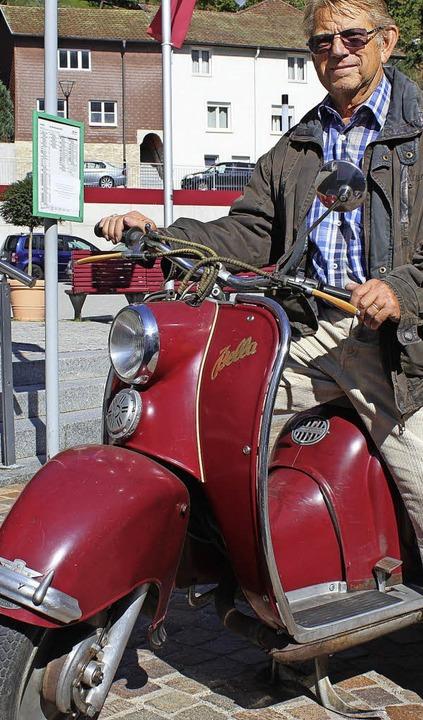 Nostalgie auf zwei Rädern (links Peter...kliche Händler Francesco Paternostro).  | Foto: Hermann Jacob