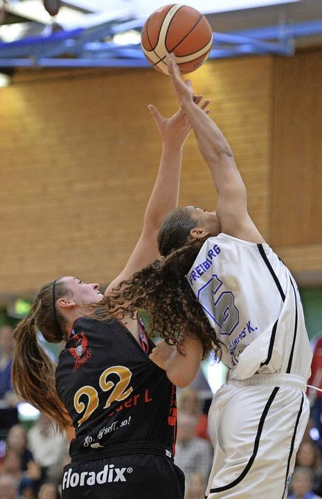 USC-Topscorerin Korissa Williams (rechts) gegen Laura Geiselsöder   | Foto: Patrick Seeger