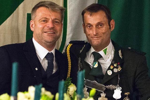 Schwule Schützenkönige sitzen beide auf dem Thron