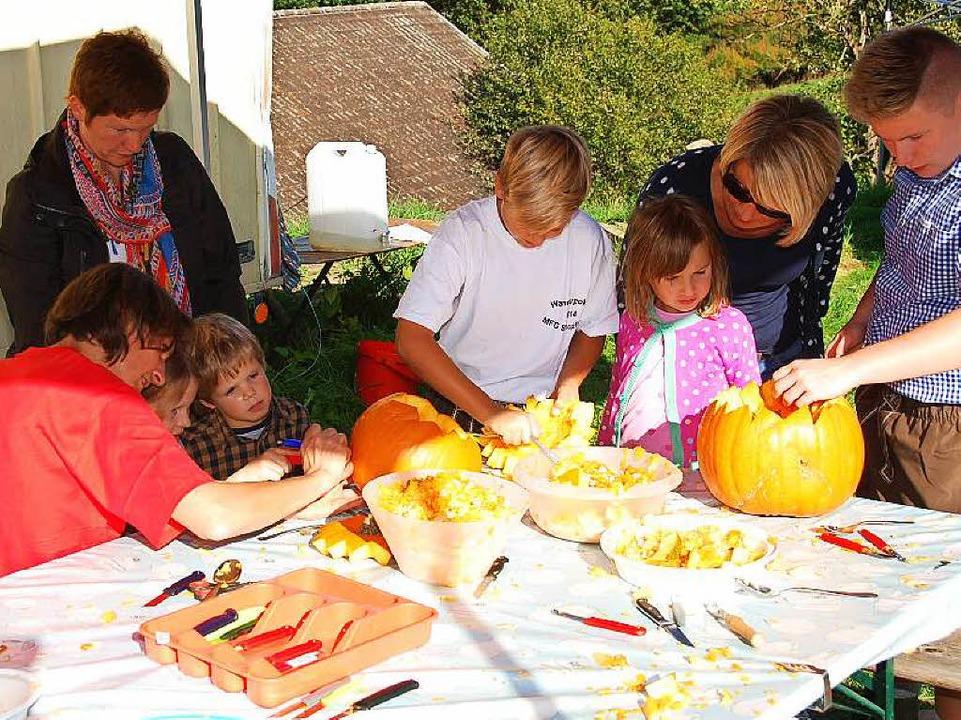 Den Kindern machte das Kürbisschnitzen Spaß<ppp></ppp>  | Foto: Edgar Steinfelder