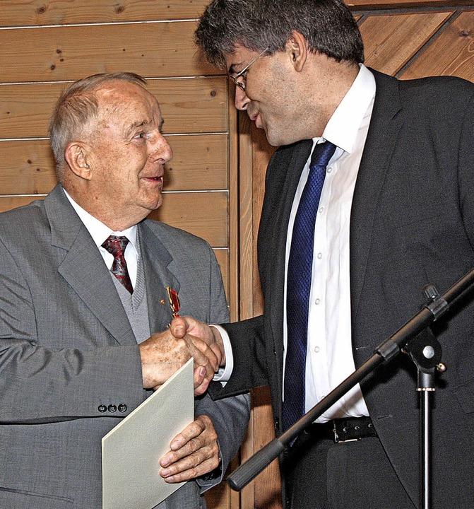 Peter Kunzelmann (links) erhält von La...er das Bundesverdienstkreuz am Bande.   | Foto: Dorothee Kuhlmann