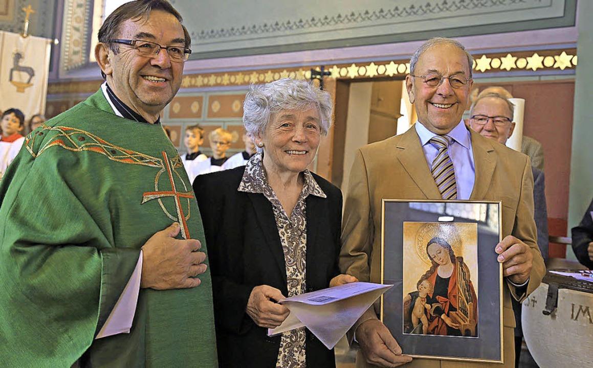 Pfarrer  Stefan Saum ehrte Lydia und E...Mitgliedschaft im Kirchenchor Altdorf.  | Foto: Sandra Decoux-Kone