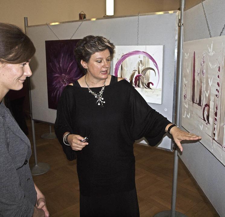 Jacqueline Fenix (rechts) erklärt Nina Eheim ihr Werk.     Foto: Michael Haberer