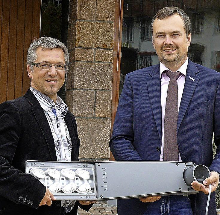 Bürgermeister Jürgen Kaiser (links) un...t denen Schluchsee ausgerüstet wurde.     Foto: Ute Aschendorf
