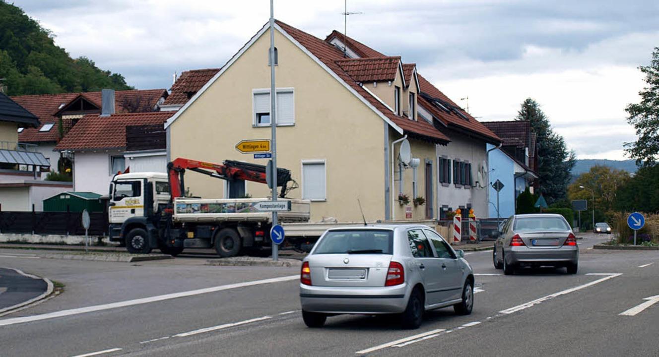 Wenn in Haagen die Hauinger Straße san...Richtung Wittlingen zu Behinderungen.     Foto: Paul Schleer
