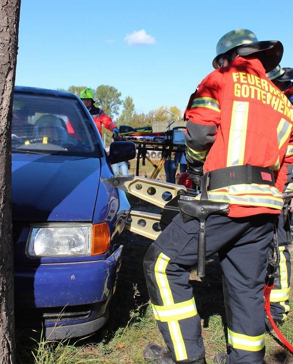 Bei einer Übung zeigte die Gottenheime...chlüssel des neuen Feuerwehrfahrzeugs.  | Foto: mario schöneberg