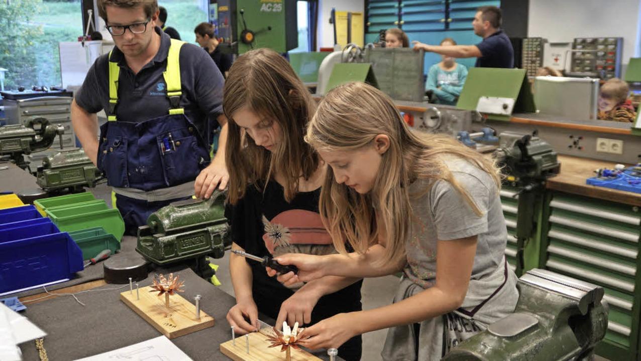 Viel ausprobieren konnten die Mädchen ...hluchseewerk AG im Kraftwerk Häusern.   | Foto: Stella Hiener