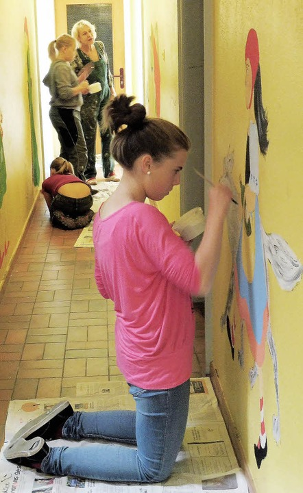 Schüler bemalen die Wände des Freizeithauses Gersbach.  | Foto: Werner Störk