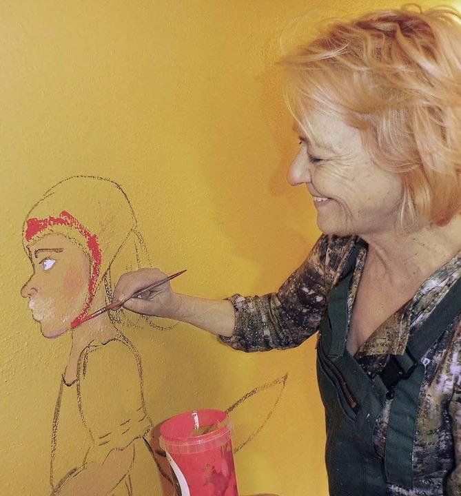Die Künstlerin Ulrike Joerg leitet die jungen Leute an.   | Foto: werner Störk