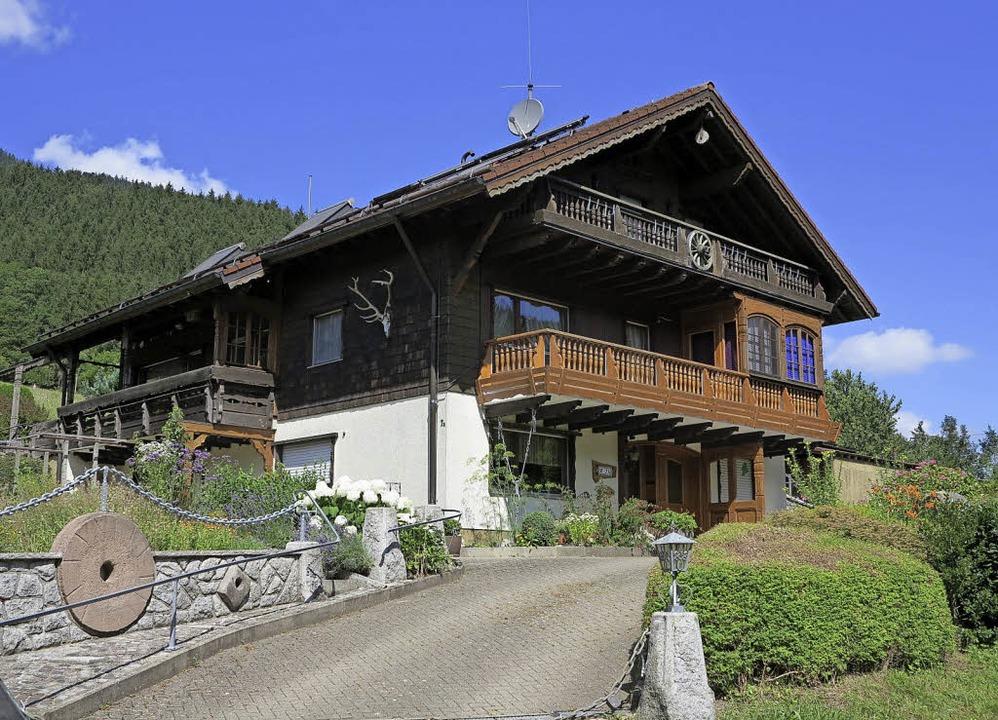 Ein Dreifamilienhaus in Simonswald im Katalog der Volksbank.  | Foto: ZVG