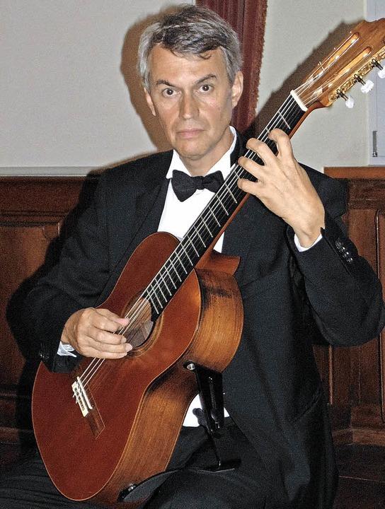 Gitarrist Siegbert Remberger spielte im Trompeterschloss.     Foto: Gottstein