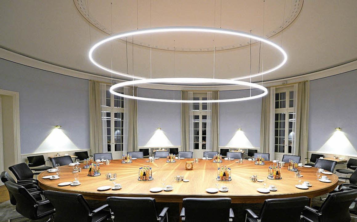 Versammlung am runden Tisch: Hier tagt das Landeskabinett.  | Foto: dpa