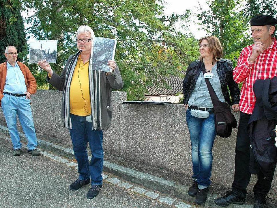 Ulrich Tromm präsentiert bei seiner Fü...istorische Fotos der Grenzbefestigung.  | Foto: Regine Ounas-Kräusel