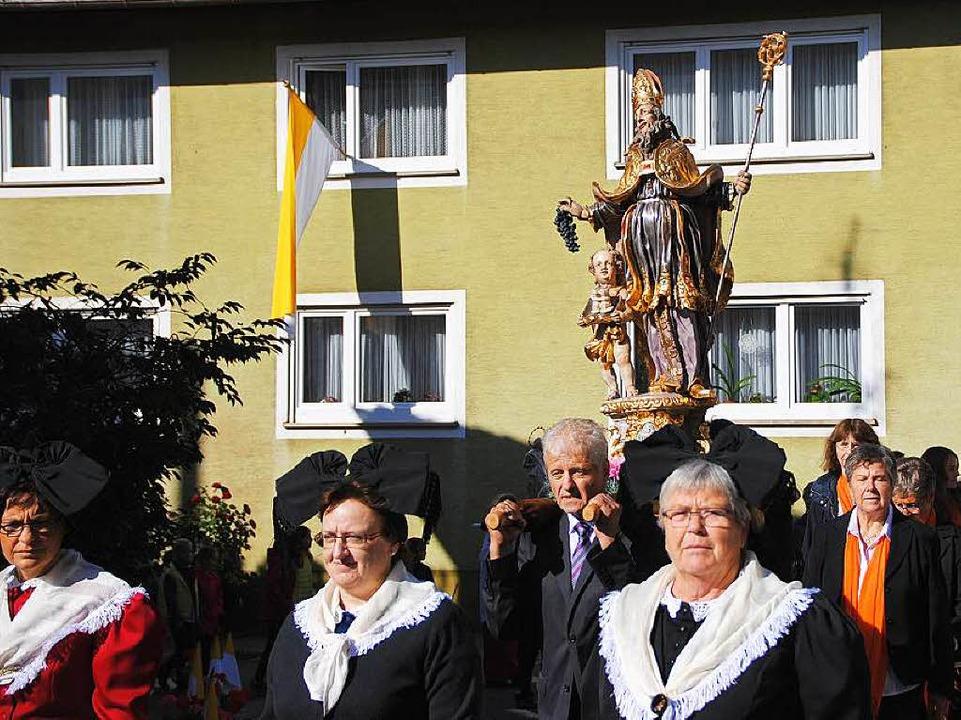 Die barocke Statue des heiligen Remigi...r Prozession durch Merdingen getragen.  | Foto: Manfred Frietsch