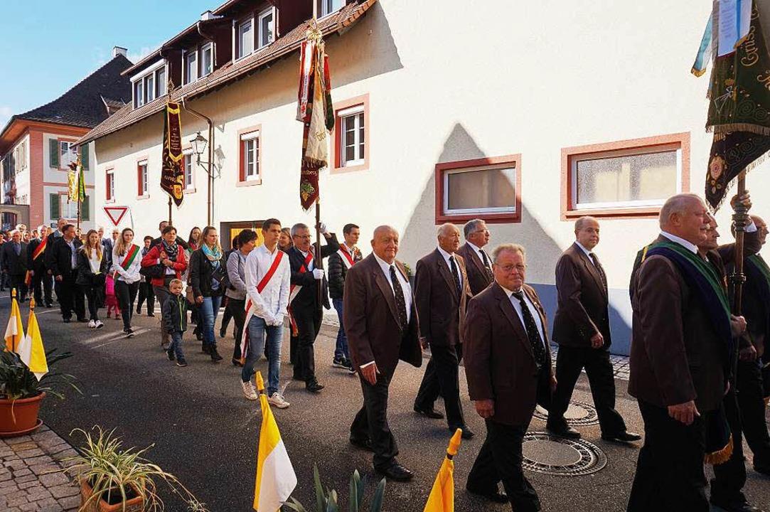 Die Prozession in den Merdinger Straßen  | Foto: Julius Wilhelm Steckmeister