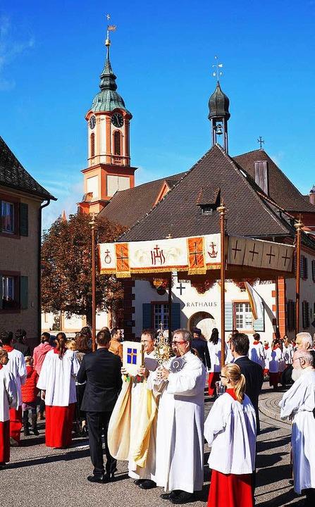 Monstranz und Evangelium werden unter ...8220;, einem Stoffbaldachin, getragen.  | Foto: Julius Wilhelm Steckmeister