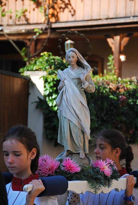 Das Bildnis der jungen Maria ist ein R...Sie wird von Ministrantinnen getragen.  | Foto: Manfred Frietsch