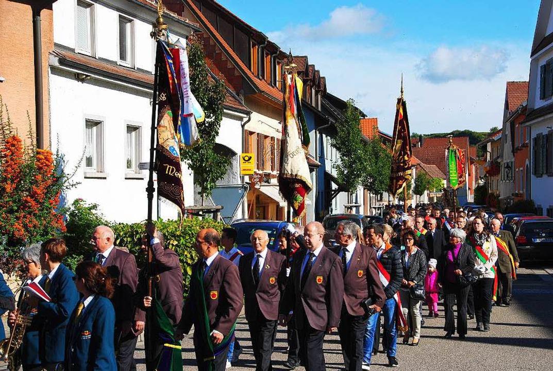 Die Prozession in den Merdinger Straßen  | Foto: Manfred Frietsch