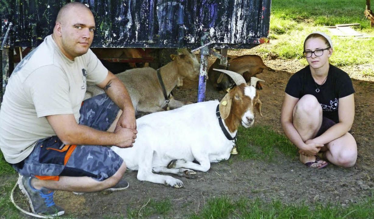 Christian und Kathrin Schindler mit den zutraulichen Ziegen  | Foto: Gabriele Rasenberger