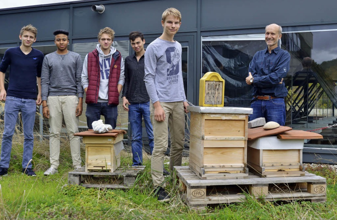 Umschwärmt: Die Schülersprecher des Dr... Kisten herrscht flotter Flugbetrieb.   | Foto: Michael Bamberger