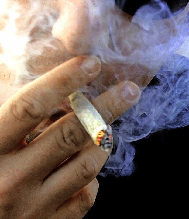 Wer öfter dabei sitzt, wenn Cannabis g...ersuchung positiv getestet zu werden.   | Foto: dpa