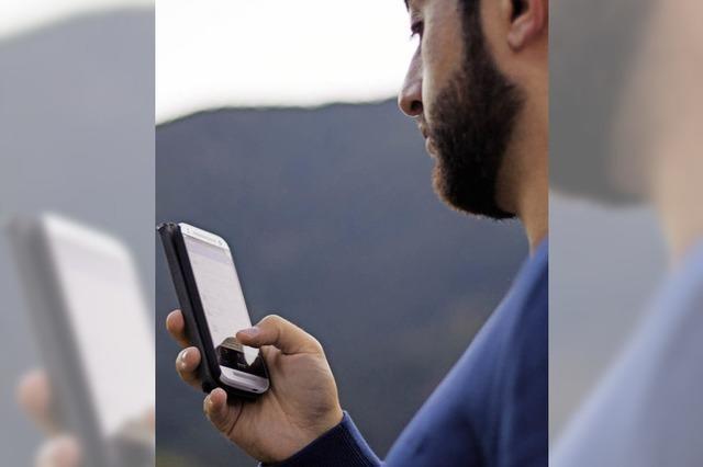 Ein Flüchtling und sein Smartphone