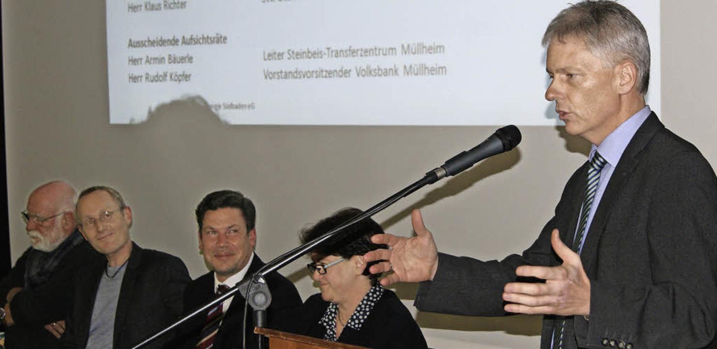 Staufens Bürgermeister Michael Benitz spricht bei der BEGS-Generalversammlung.   | Foto: stephan günther