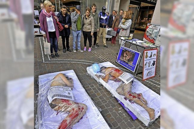 Aktion gegen Fleischkonsum mit Menschen auf Fleischschalen