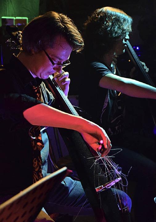 Joonas Pitkänen, Ekachai Maskulrat und die zerfetzten Bogenhaare des Cellos  | Foto: Nöltner