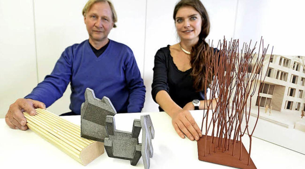 Mit Modellen ihrer Entwürfe: die Gewin...k) und Manuela Tirler (Eisen-Skulptur)  | Foto: Eggstein