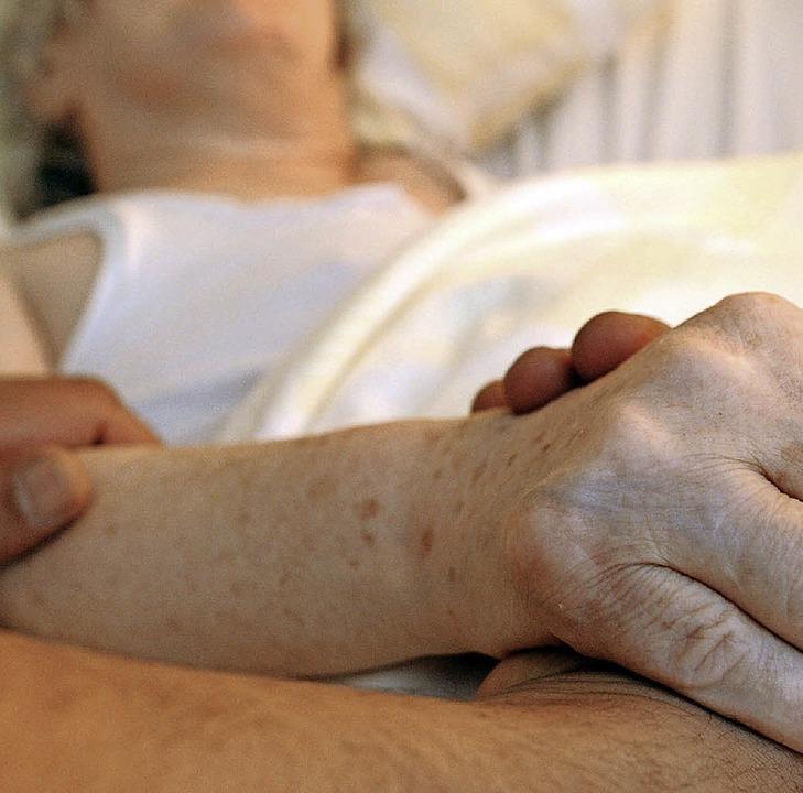 Eine Mehrheit der Bevölkerung wünscht ...ass Ärzte beim Freitod helfen dürfen.   | Foto: dpa
