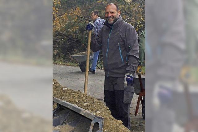 Freiwillige bauen fleißig mit am Grünlochpfad