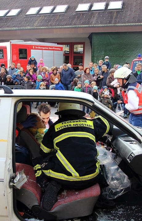 Großandrang bei der Feuerwehr in Neust... hautnah, wie die Feuerwehr arbeitete.  | Foto: Eva Korinth