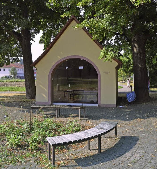 Einsam steht die Streicherkapelle (obe...e, die Schächerkapelle  mitten im Ort.    Foto: Andrea Drescher