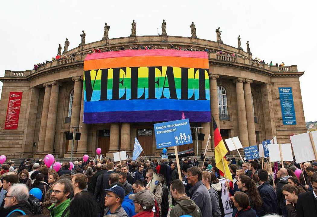 Demonstration vor dem Staatstheater in Stuttgart  | Foto: dpa