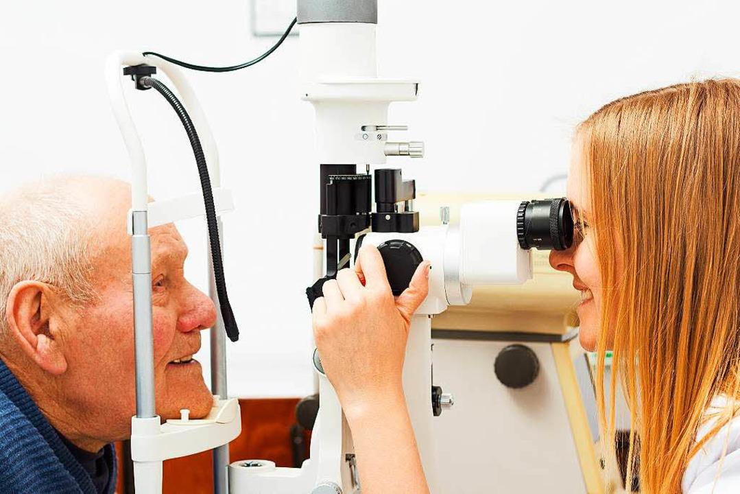 Trübungen im Auge? Die Ärztin schaut, was los ist.  | Foto: Colourbox.de