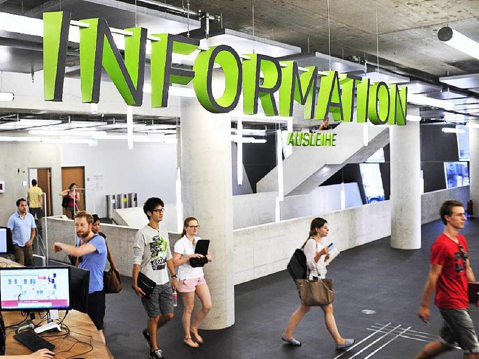 Wo geht's denn in den Lesesaal? Die Infotheke der neuen UB  | Foto: Thomas Kunz