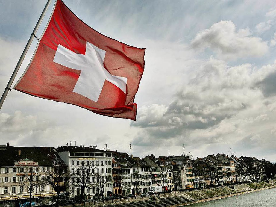 Die Schweizer Fahne weht auf der Mittl... hat eher keine finanziellen Probleme.    Foto: dpa