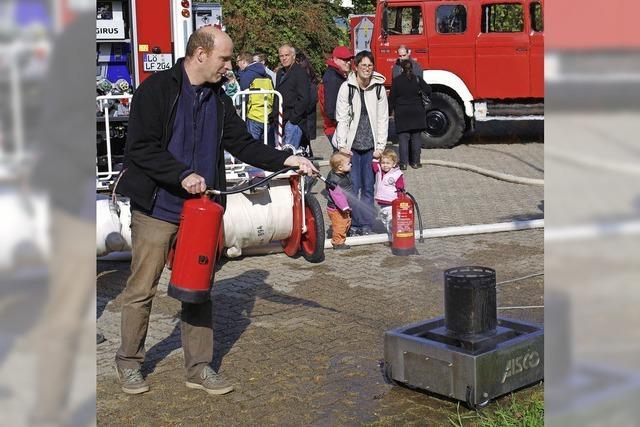 Besucher am Feuerlöscher