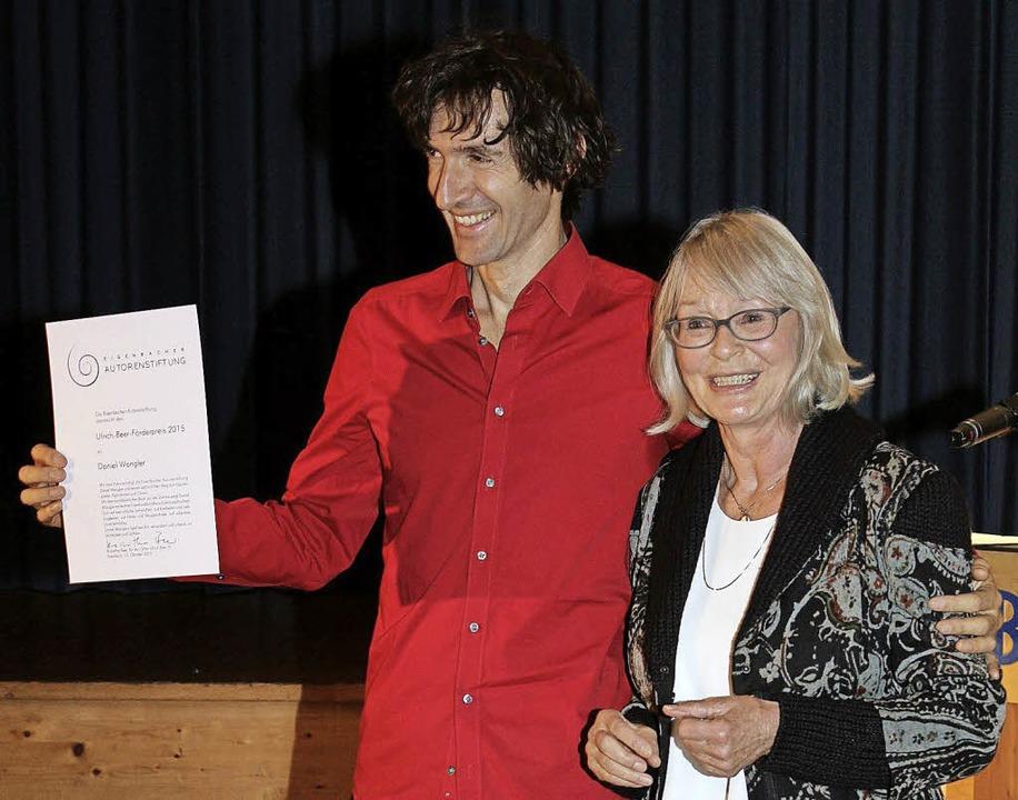 Roswitha Beer verlieh den Förderpreis an Daniel Wangler.  | Foto: Gert Brichta