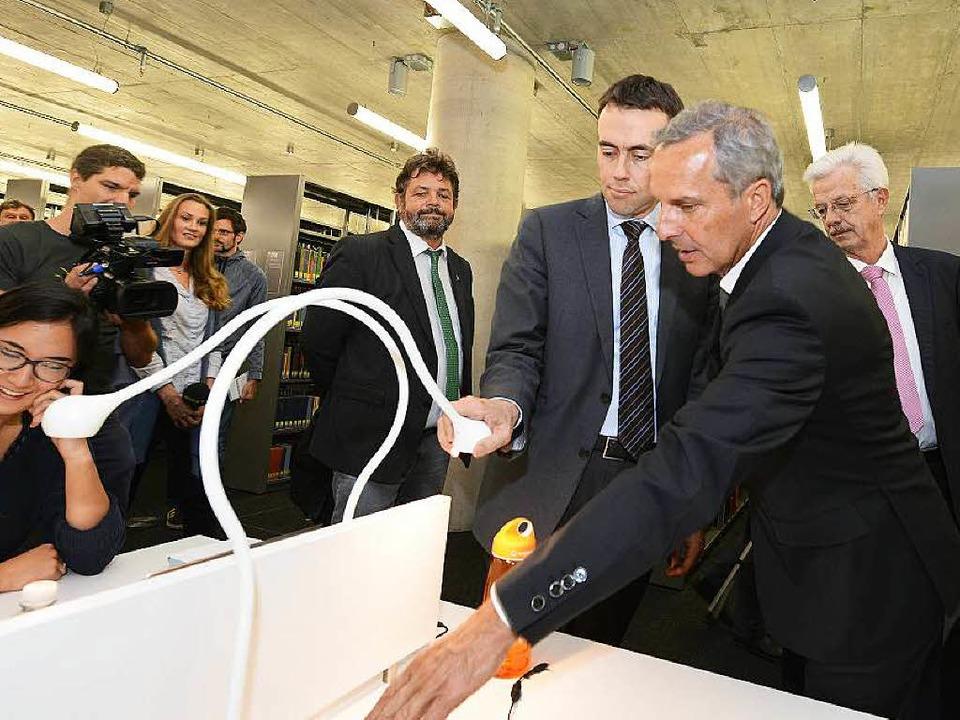 Minister mit Schwanenhals: Wirtschafts...schen der neuen Unibibliothek zeigen.   | Foto: Rita Eggstein
