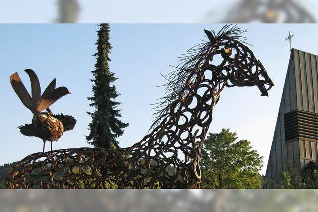 Der Hahn ruft vom Pferderücken