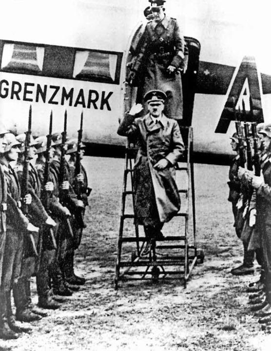 Der Eroberer trifft ein: Adolf Hitler ... Polen im September 1939 in Warschau.   | Foto: dpa/C.H. Beck Verlag